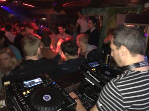DJ Fritz an den Bobos Decks